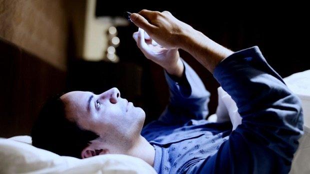 WhatsApp en la cama